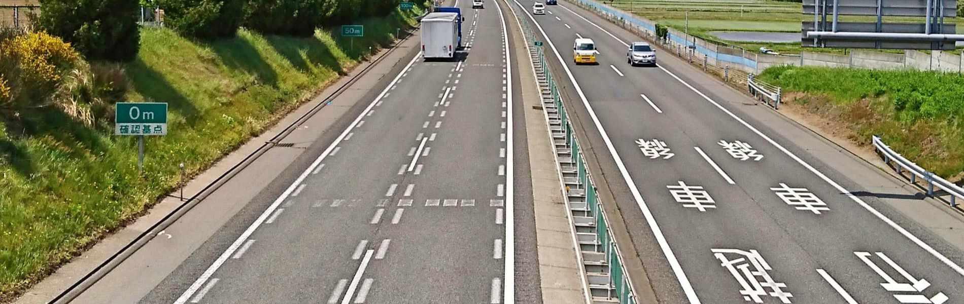 亀井産業の事業内容2.道路区画線工事・交通安全施設の施工